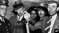 Мексиканские полицейские 28 августа 1940 года при осмотре ледоруба, которым был убит Лев Троцкий