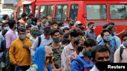 ماہرین بھارت کی مختلف ریاستوں میں انتخابات کے پیشِ نظر وائرس کے مزید پھیلاؤ کا خدشہ بھی ظاہر کر رہے ہیں۔ (فائل فوٹو)