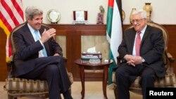 Menlu AS John Kerry (kiri) saat bertemu dengan Presiden Palestina Mahmoud Abbas di Amman, Yordania (28/6)