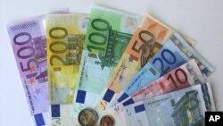 Latvia menjadi negara ke 18 yang menggunakan mata uang euro mulai hari Rabu (1/1).