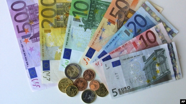 FILE-  euro currency in the regional central bank in Bremen, Germany.
