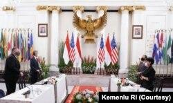 Menteri Luar Negeri AS Mike Pompeo (kedua dari kiri) dan Menteri Luar Negeri Retno Marsudi (kedua dari kanan) berfoto bersama dengan delegasi mereka pada pertemuan billateral di Kementerian Luar Negeri di Jakarta, 29 Oktober 2020. (Foto: Courtesy/Kemenlu RI).