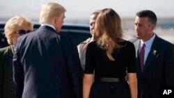 Le président Donald Trump, deuxième à gauche, visible du dos, et son épouse Melania, saluent le maire de Las Vegas Carolyn Goodman, au centre, et le gouvernement Brian Sandoral, à droite, à Las Vegas, 4 octobre 2017.