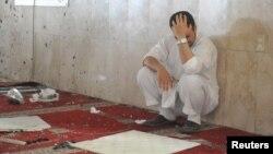 사우디 아라비아 카티프 시의 이맘 알리 사원에서 22일 폭탄 테러가 발생한 가운데 희생자 유가족이 애곡하고 있다.