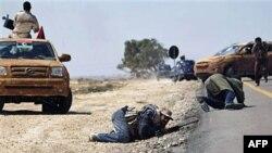 Lực lượng nổi dậy giao tranh với phe thân Gadhafi bên ngoài thị trấn Brega, ngày 4/4/2011