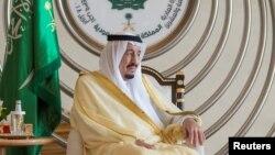 Raja Arab Saudi Salman memberikan pidato pada KTT Liga Arab ke 29 di Dhahran, Arab Saudi Minggu (15/4).
