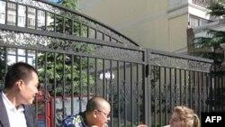 Агенти безпеки перед будинком Лю Сяобо