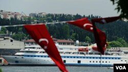 "Kapal bantuan Turki ke Gaza tahun lalu, ""Mavi Marmara"", tampak di pelabuhan Istanbul, Turki (30/5)."
