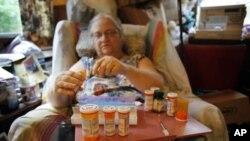 Bà Judith Odyssey, ở Hartford, tiểu bang Maine chuẩn bị thuốc uống hàng tuần, bà bị nhiều thứ bệnh: tim, suyễn, thấp khớp. Mỗi tháng bà nhận được 674 đôla từ quỹ An Sinh Xã Hội