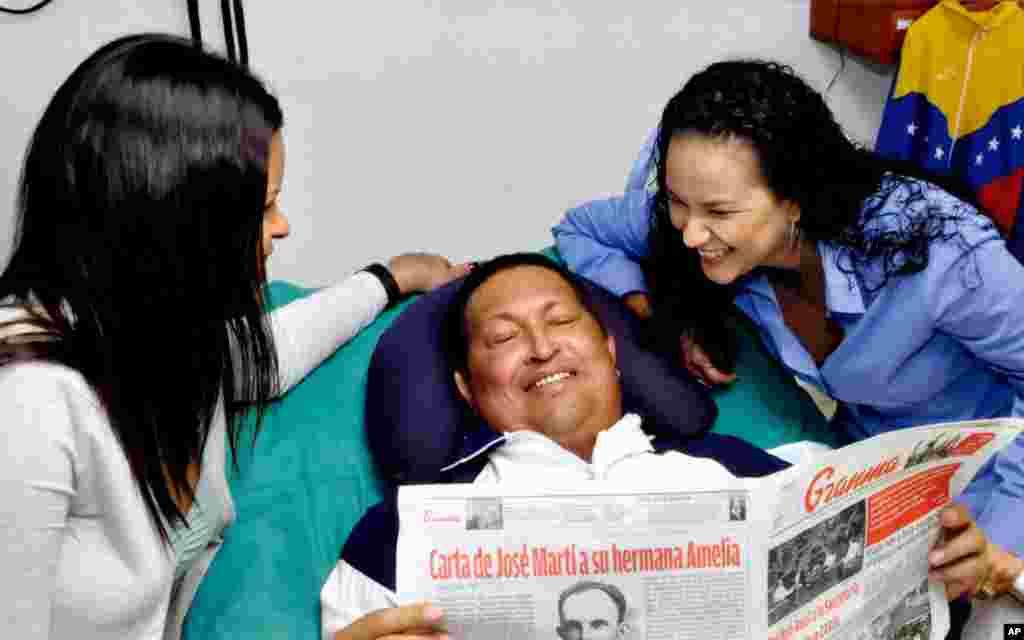 Hugo Chávez, de 58 años está internado en el hospital Cimeq en La Habana, Cuba, desde donde según sus colaboradores da indicaciones precisas y toma decisiones.