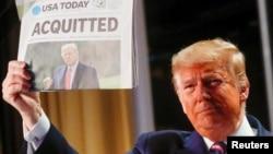 រូបឯកសារ៖ អតីតប្រធានាធិបតីលោក Donald Trump កាលពេលលោកបំពេញតួនាទីជាប្រធានាធិបតី កាន់កាសែត USA Today ដែលចេញផ្សាយព័ត៌មានអំពីររូបលោក មិនត្រូវបានចោទប្រកាន់ដកតំណែងជាប្រធានាធិបតីដោយព្រឹទ្ធសភាអាមេរិក នៅរដ្ឋធានីវ៉ាស៊ីនតោន កាលពីថ្ងៃទី៦ ខែកុម្ភៈ ឆ្នាំ២០២០។