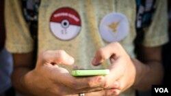 """En """"Pokémon GO"""", los jugadores cazan criaturas digitales que aparecen en las pantallas de sus celulares mientras se mueven en lugares físicos reales."""