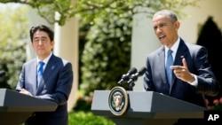 바락 오바마 미국 대통령(오른쪽)과 아베 신조 일본 총리가 28일 백악관에서 정상회담에 이어 공동기자회견을 가졌다.