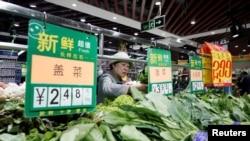 一名妇女在北京一家超市购买蔬菜。(2019年4月11日)