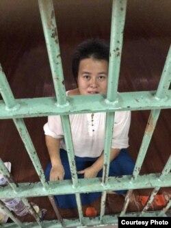 曼谷警察局铁窗后的中国政治流亡者吴玉华(网名哎乌)