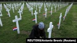 """Groblje na kome su u Vukovaru sahranjeni građani stradali na Poljoprivrednom dobru """"Ovčara"""""""