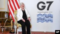 G7峰會前,美國財政部長耶倫在位於倫敦的蘭開斯特宮與G7成員國的財政部長合影留念。(2021年6月5日)