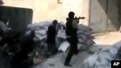 Ảnh trích từ video nghiệp dư cho thấy thành viên của nhóm Quân đội Syria Tự Do giao tranh với lực lượng chính phủ trong thủ đô Damascus