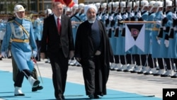 حسن روحانی روز شنبه در کاخ ریاست جمهوری آنکارا مورد استقبال رسمی رجب طیب اردوغان قرار گرفت.