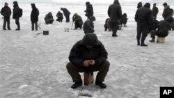 21일 평양 대동강에서 얼음 낚시를 즐기는 주민들.