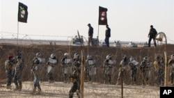 Pasukan keamanan Irak menjaga ketat kamp pengungsi Ashra di Baghdad, yang menampung anggota Organisasi Mujahedeen Rakyat, kelompok oposisi Iran (foto: dok).