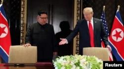 지난 12일 싱가포르 카펠라 호텔에서 도널드 트럼프 미국 대통령(오른쪽)과 김정은 북한 국무위원장이 미북 정상회담 공동성명을 하기 위해 들어서고 있다.