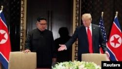 지난 6월 싱가포르 카펠라 호텔에서 도널드 트럼프 미국 대통령(오른쪽)과 김정은 북한 국무위원장이 미북 정상회담 공동성명을 하기 위해 들어서고 있다.