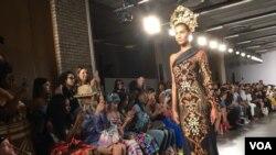Batik Bali bernuansa emas dan hitam mendominasi rancangan Catherine Njoo dalam NYFW 2017.
