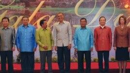 Tổng thống Obama chụp hình lưu niệm với Thủ tướng Nhật Yoshihiko Noda, và các nhà lãnh đạo khác tại Pnom Penh, ngày 19/11/2012.