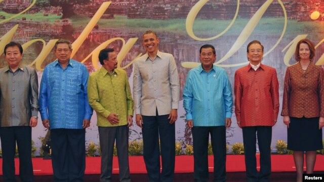 El presidente Obama con el primer ministro de Japón, Yoshihiko Nida; el presidente de Indonesia, Susilo Bambang Yudhoyono; el sultán de Brunei, Bolkjah Hassanal; el primer ministro de Camboya, Hun Sen; el primer ministro chino, Wen Jiabao y la primera ministro de Australia, Julia Gillard.