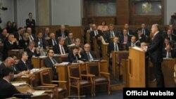 Crnogorski premijer Milo Đukanović obraća se poslanicima u Skupštini (rtcg.me)