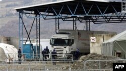 Konvoj sa ruskom pomoći zaustavljen je na graničnom prelazu Jarinje, 14. decembra 2011.
