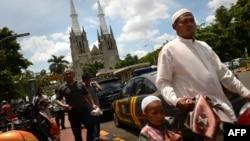Warga Muslim menjalankan salat Jumat di masjid Istiqlal yang letaknya berseberangan dengan Gereja Katedral di Jakarta (foto: ilustrasi).