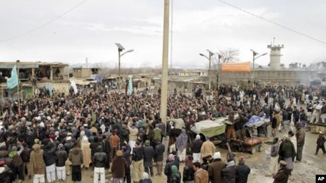 Afghans protest burning of Qurans and other Islamic religious materials at Bagram airbase, Afghanistan, Feb. 21, 2012.