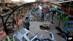 Warga setempat tengah memeriksa lokasi serangan bom bunuh diri di kota Sadr, 22 September 2013 (Foto: dok). Sedikitnya 21 orang dilaporkan tewas dalam dua pemboman di dua pasar yang ramai di Baghdad, Kamis (26/9).