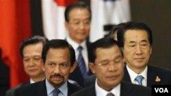 PM Jepang Naoto Kan (kanan) dan PM Tiongkok Wen Jiabao (tengah, belakang) hadir dalam pertemuan pemimpin ASEAN di Hanoi, Vietnam hari ini.