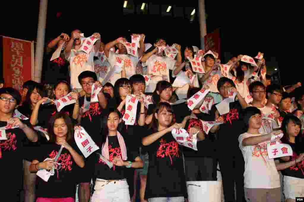 学民思潮在特区政府总部外举行全民共议政改集会(美国之音海彦拍摄)
