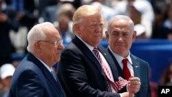 À gauche, Ie président israélien Reuven Rivlin, le président Donald Trump, et le Premier ministre israélien Benjamin Netanyahu à l'aéroport Ben Gurion International, le 22 mai 2017, à Tel Aviv.