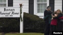 Những người tham dự đám tang của bé Jack Pinto, 6 tuổi, được tổ chức ở Newtown, Connecticut, 17/12/2012.