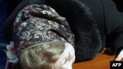 2010 yılının Mart ayında Moskova metrosuna yapılan saldırının sorumluluğunu Doku Umarov üstlenmişti. Ölen 40 kişiden 20 yaşındaki Mareyev Maxim'in annesi oğlunun tabutu üzerinde ağlarken