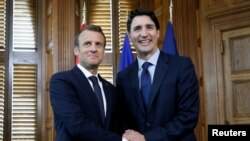 دیدار جاستین ترودو نخست وزیر کانادا (راست) و امانوئل ماکرون رئیس جمهوری فرانسه در اتاوا - ۱۶ خرداد ۱۳۹۷
