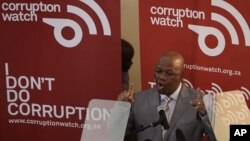Menteri Kehakiman Jeffrey Radebe mengumumkan penskorsan 5 pejabat tinggi Afrika Selatan (foto: dok).