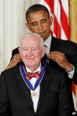 قاضی استیونز سال ۲۰۱۲ از باراک اوباما «نشان افتخار آزادی رئیسجمهوری» را دریافت کرد.