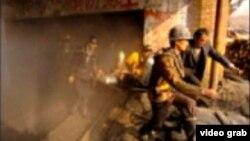 화재가 발생한 지지 지의 탄광에서 20일 광부들이 들것에 실려 나오고 있다.