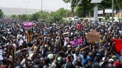 Des jeunes Maliens en colère contre l'état des routes