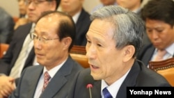 김관진 한국 국가안보실장이 13일 오전 국회에서 사드 배치관련 의원들의 질의에 답하고 있다.