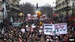 Des milliers de personnes manifestent avec une affiche mentionnant : jeunesse précarisée - jeunesse mobilisée - retrait de la législation du travail, contre un projet de loi du travail controversé du gouvernement près de la Place de la République, à Paris