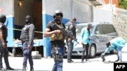 Polisi wa Haiti wakitafuta ushahidi nje ya nyumba ya rais.(Picha na VALERIE BAERISWYL / AFP).