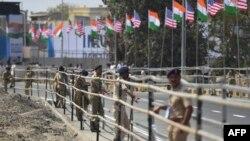 احمد آباد میونسپل کارپوریشن کو کچی آبادی کے گرد دیوار تعمیر کرنے پر شدید تنقید کا سامنا ہے۔