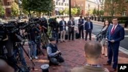 美國司法部負責維吉尼亞州東區的檢察官特維利戈(右)在聯邦助理檢察官阿蒂耶(右二)的陪同下在亞歷山德里亞的聯邦法庭外舉行記者會,宣佈逮捕國防情報局分析員弗里斯的消息。(2019年10月9日)